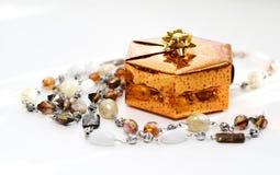 Contenitore di regalo dorato con la decorazione Immagini Stock Libere da Diritti