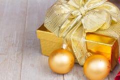 Contenitore di regalo dorato con le decorazioni di natale Fotografia Stock