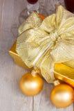Contenitore di regalo dorato con le decorazioni di natale Immagine Stock Libera da Diritti