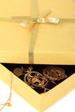 Contenitore di regalo dorato con monili Fotografie Stock Libere da Diritti