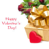 Contenitore di regalo dorato, cuore rosso e fiori, isolati Immagini Stock Libere da Diritti