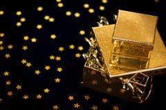 Contenitore di regalo dorato su priorità bassa nera Fotografia Stock Libera da Diritti