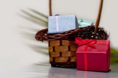 Contenitore di regalo e canestro di vimini Fotografia Stock