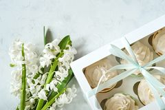 Contenitore di regalo e fiori bianchi sulla tavola rustica per il giorno dell'8 marzo, di Giornata internazionale della donna, di Fotografie Stock Libere da Diritti