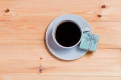 Contenitore di regalo e di tazza di caffè Fotografia Stock Libera da Diritti