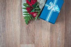 Contenitore di regalo e un mazzo delle rose Fotografie Stock Libere da Diritti