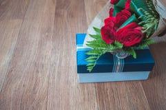 Contenitore di regalo e una rosa su  Immagine Stock Libera da Diritti