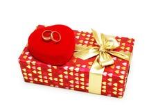 Contenitore di regalo ed anelli di cerimonia nuziale isolati Fotografie Stock Libere da Diritti