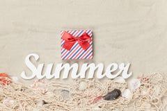 Contenitore di regalo ed estate di parola Immagini Stock