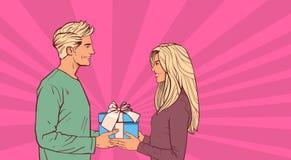 Contenitore di regalo di elasticità del giovane coppie del retro fondo comico del presente di festa della donna alle belle nell'a royalty illustrazione gratis