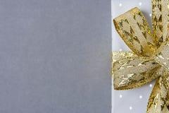 Contenitore di regalo elegante avvolto in Grey Silver Paper con la Polka Dots Golden Ribbon Bow Nuovi anni Valentine Presents Sho Fotografia Stock Libera da Diritti