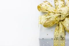 Contenitore di regalo elegante avvolto in Grey Silver Paper con la Polka Dots Golden Ribbon Nuovi anni Valentine Presents Shoppin Fotografie Stock