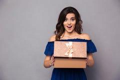 Contenitore di regalo felice di apertura della donna Fotografie Stock Libere da Diritti