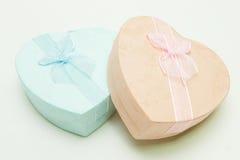 Contenitore di regalo - figura del cuore con il nastro Fotografia Stock