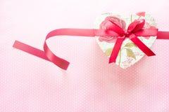 Contenitore di regalo a forma di di giorno e del cuore di biglietti di S. Valentino Priorità bassa di festa fotografia stock libera da diritti