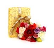 Contenitore di regalo giallo con il nastro del regalo Fotografia Stock