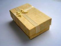 Contenitore di regalo giallo con l'arco fotografia stock