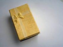 Contenitore di regalo giallo con l'arco immagine stock libera da diritti