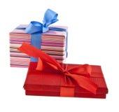 Contenitore di regalo isolato su priorità bassa bianca Immagine Stock