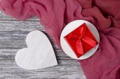 Contenitore di regalo di legno del cuore di natura morta di giorno di biglietti di S. Valentino sulla plancia grigia Fotografia Stock