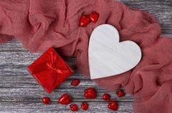 Contenitore di regalo di legno del cuore di natura morta di giorno di biglietti di S. Valentino sulla plancia grigia Fotografie Stock Libere da Diritti
