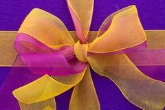 Contenitore di regalo lilla con l'arco del nastro Fotografia Stock Libera da Diritti