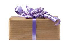 Contenitore di regalo lilla dell'arco isolato Fotografia Stock Libera da Diritti
