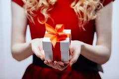 Contenitore di regalo in mani Fotografie Stock