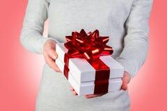 Contenitore di regalo in mani femminili Fotografia Stock Libera da Diritti