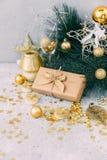 Contenitore di regalo di Natale con le decorazioni dell'oro Fotografie Stock