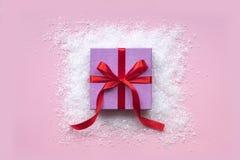 Contenitore di regalo di natale Neve rosa di boxin del regalo Fondo rosa Disposizione piana con lo spazio della copia immagini stock libere da diritti