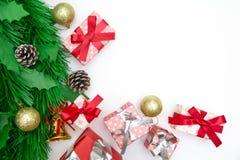 Contenitore di regalo di Natale, oggetti decorativi su fondo bianco Immagini Stock Libere da Diritti