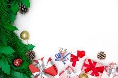 Contenitore di regalo di Natale, oggetti decorativi su fondo bianco Fotografie Stock Libere da Diritti