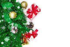 Contenitore di regalo di Natale, oggetti decorativi su fondo bianco Fotografia Stock Libera da Diritti