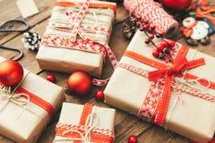 Contenitore di regalo di Natale sulla cartolina d'auguri di legno del fondo allegra Immagini Stock Libere da Diritti