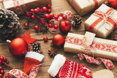 Contenitore di regalo di Natale sulla cartolina d'auguri di legno del fondo allegra fotografie stock libere da diritti