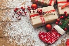 Contenitore di regalo di Natale sulla tavola di legno fotografie stock libere da diritti