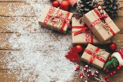 Contenitore di regalo di Natale sulla tavola di legno Contenitore e decorazioni di regalo di Natale fotografia stock libera da diritti