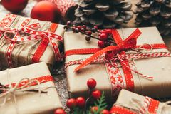 Contenitore di regalo di Natale sulla tavola di legno holyday Immagine Stock
