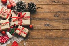 Contenitore di regalo di Natale sulla tavola di legno holyday Fotografie Stock