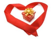 Contenitore di regalo nel cuore rosso del nastro Immagini Stock Libere da Diritti