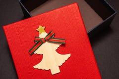 Contenitore di regalo nel rosso per un regalo per il nuovo anno o il compleanno Primo piano fotografia stock