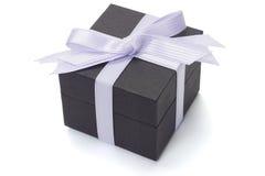 Contenitore di regalo nero con il nastro dell'arco Immagine Stock
