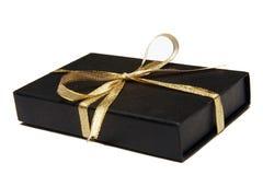 Contenitore di regalo nero con il nastro dell'oro Immagine Stock Libera da Diritti