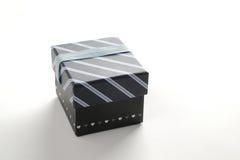 Contenitore di regalo nero con il nastro e le linee blu Fotografia Stock