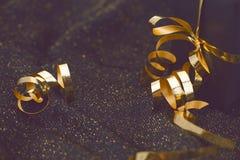 Contenitore di regalo nero su fondo brillante nero Stile dell'annata Fotografia Stock Libera da Diritti