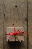 Contenitore di regalo normale di Brown con l'etichetta rossa dello spazio in bianco di stile dell'annata e del nastro Immagine Stock Libera da Diritti
