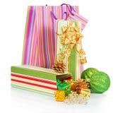 Contenitore di regalo, pacchetto, palle verdi e natale Fotografia Stock