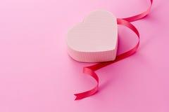 Contenitore di regalo per il giorno dei biglietti di S. Valentino immagine stock libera da diritti