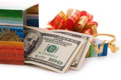 Contenitore di regalo in pieno delle fatture del dollaro Fotografia Stock Libera da Diritti